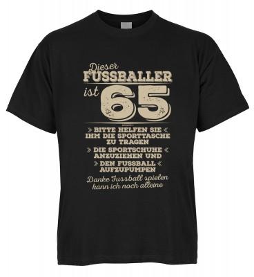 Dieser Fussballer ist 65 Bitte helfen Sie ihm die Sporttasche zu tragen Die Sportschuhe anzuziehen T